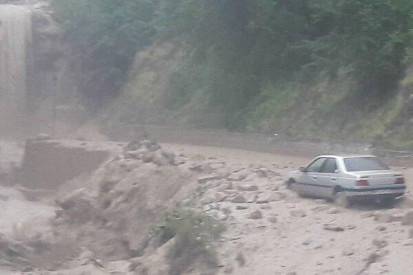 نجات ۹ سرنشین گرفتار در سیلاب جاده چوپانان/جستجو ادامه دارد