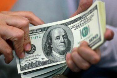 دلار در معاملات امروز به پایینترین سطح در بیش از دو ماه اخیر سقوط کرد